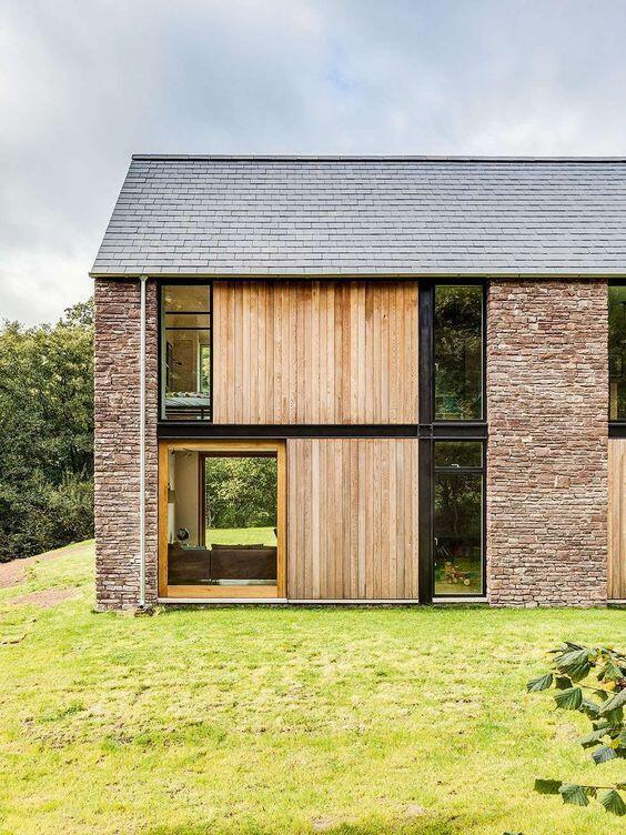 Una casa con una parcela ajardinada