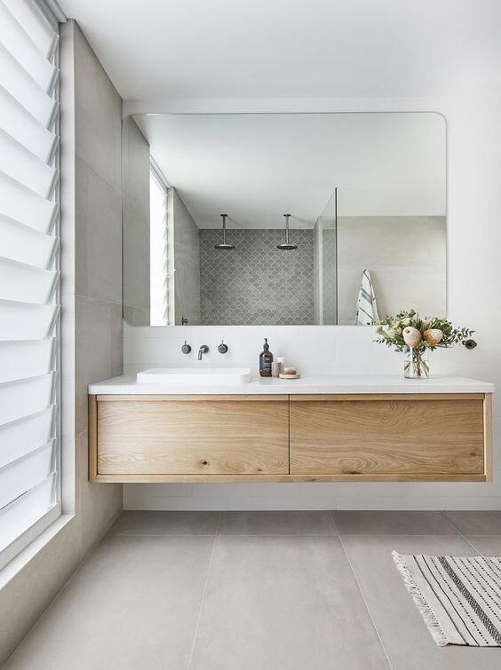 baño con un mueble de madera