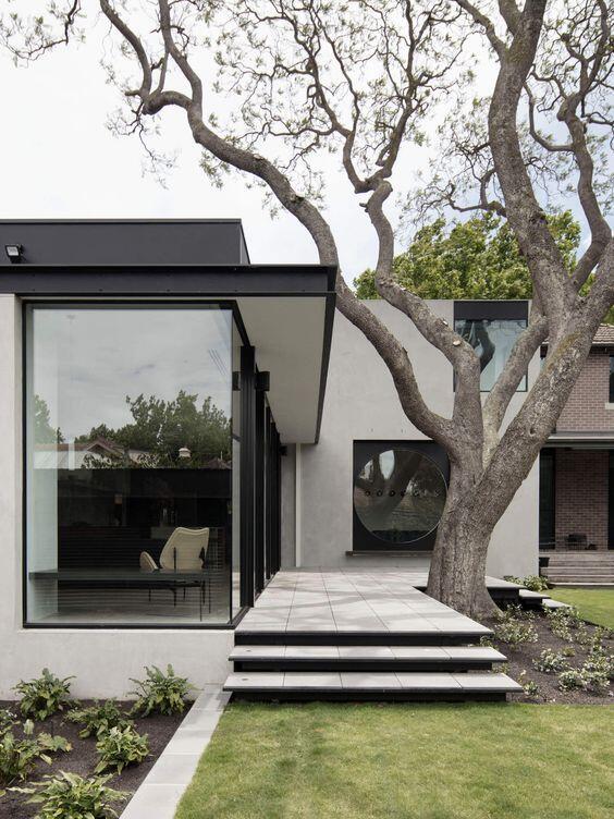 La entrada de una casa con jardín