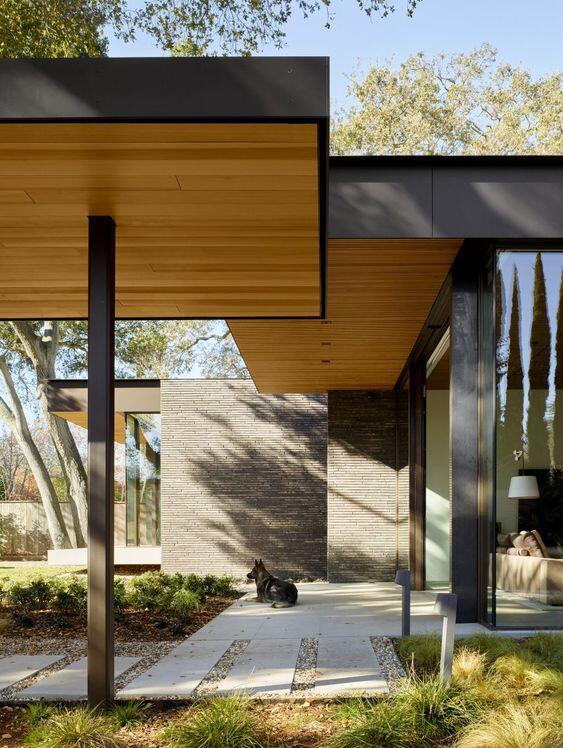 Vista exterior de un porche de madera