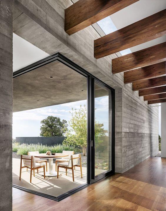 El interior de una casa con suelo de madera