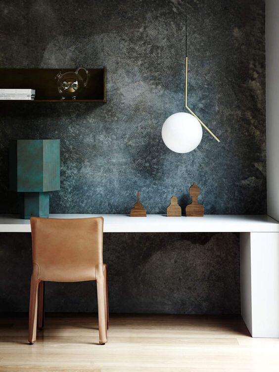 pared de piedra con silla