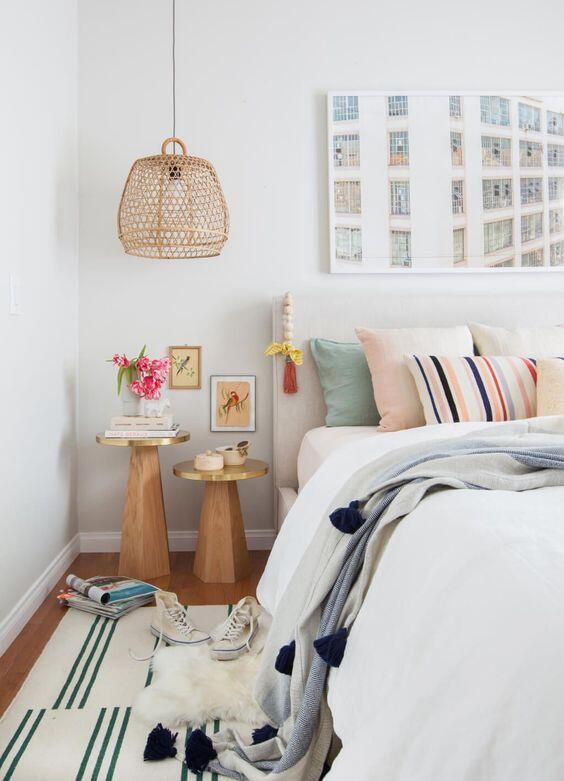 dormitorio con pared blanca