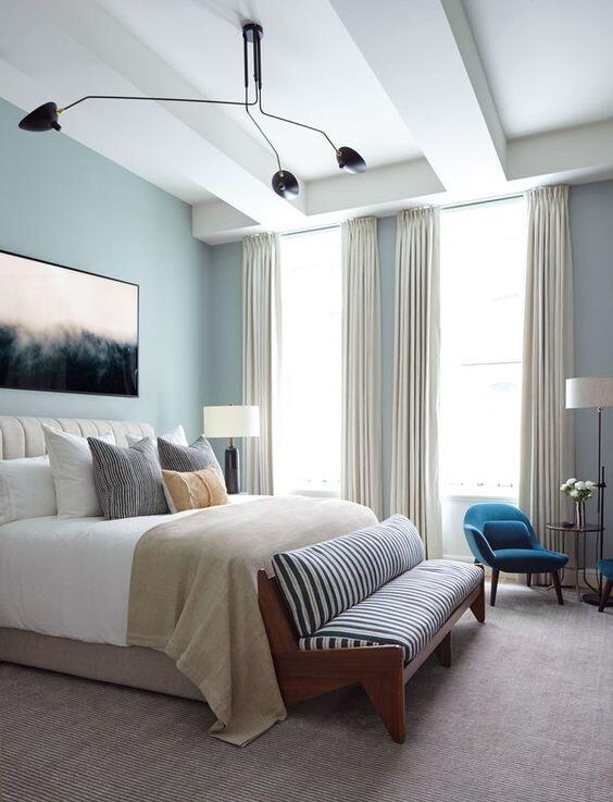 Vista de un dormitorio en tonos azules