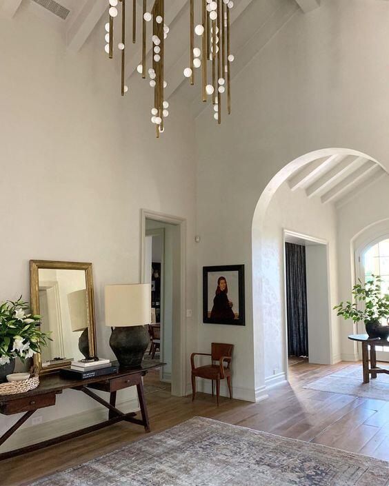 Interior con arco en la entrada