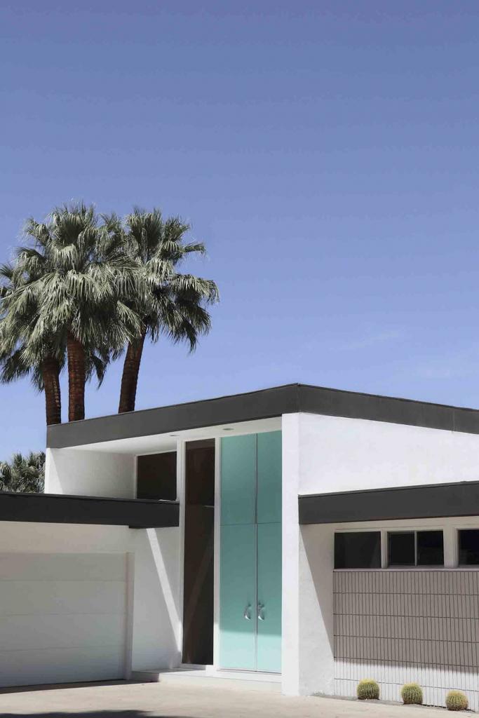 Casa con cielo azul